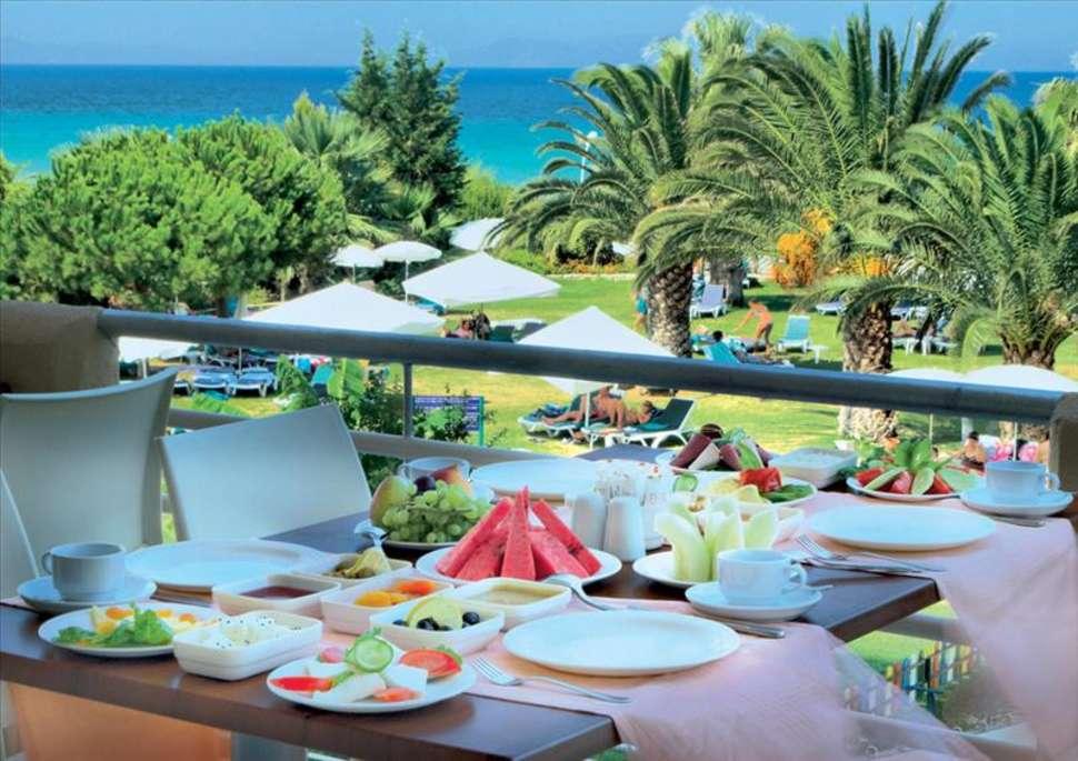Terras van Hotel Ephesia in Kusadasi, Turkije