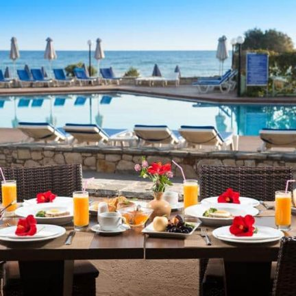 Terras met ontbijt van Silva Beach Resort in Chersonissos, Kreta