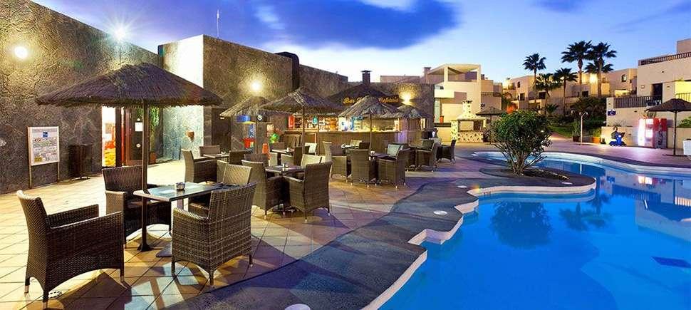 Terras bij zwembad van Blue Sea Costa Teguise Gardens in Costa Teguise, Lanzarote