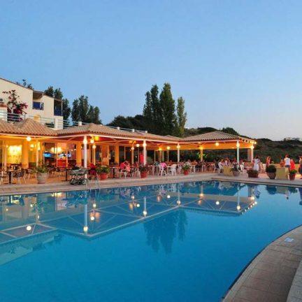 Terras en zwembad van Rethymno Mare Resort in Skaleta, Kreta