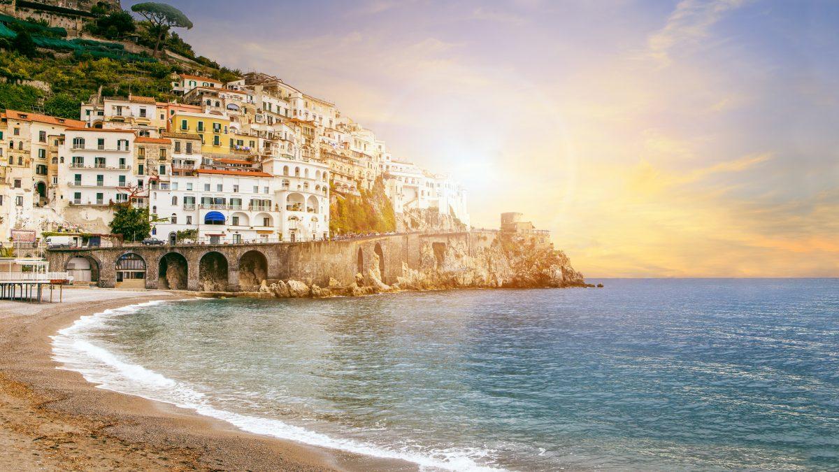 uitzicht op sorrento aan de amalfikust in italie