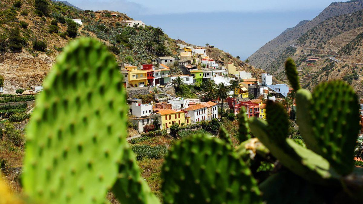 Uitzicht over een dorp in de bergen van La Gomera