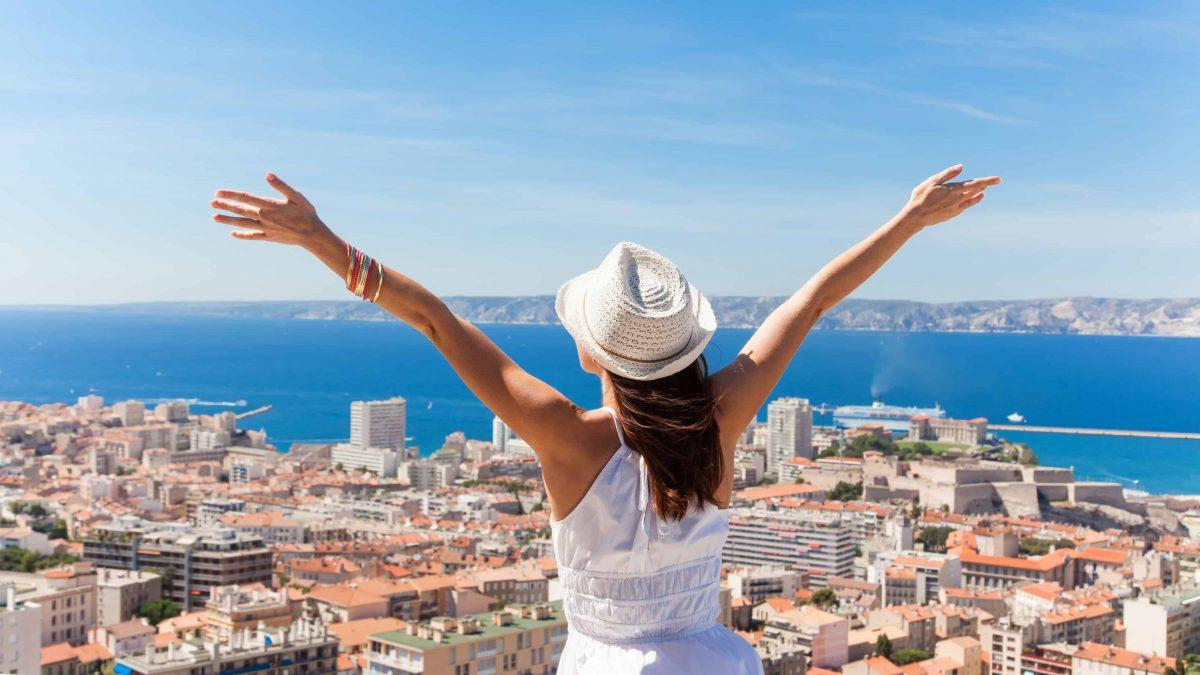 Vrouw blij met uitzicht op Marseille, Frankrijk