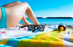 Vrouw in bikini geniet van de zon