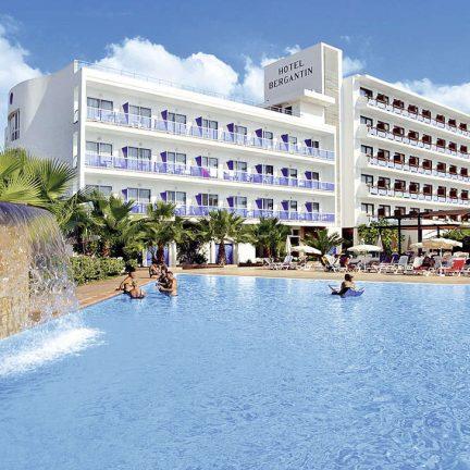 Waterval en zwembad van Azuline Bergantin in San Antonio, Ibiza