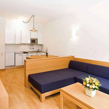 Woonkamer en keuken van appartement van Club Martha's in Cala d'Or, Mallorca