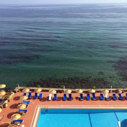 Zee en zwembad van Manolya Hotel in Karavas, Cyprus