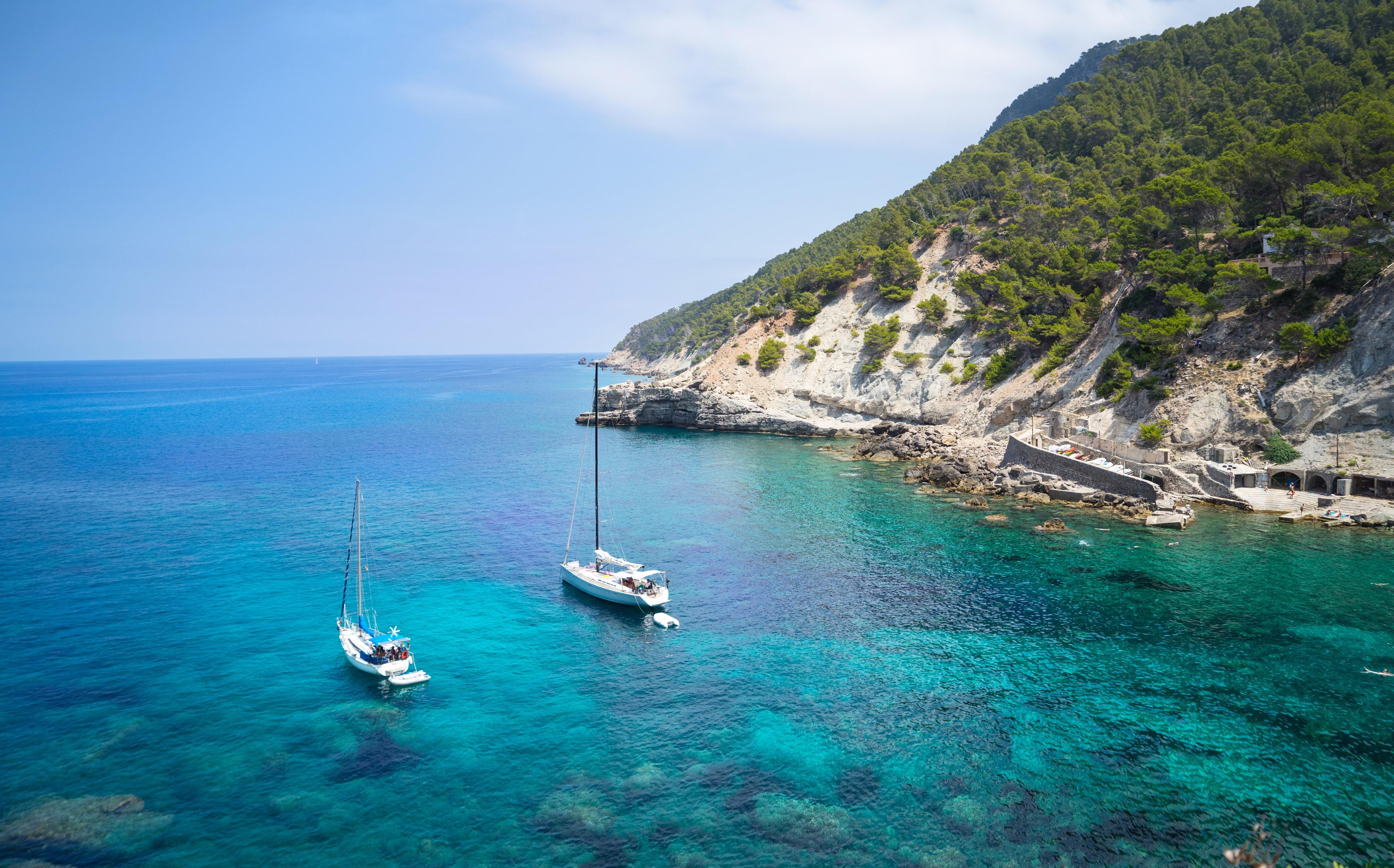 Zeilboten op zee bij Mallorca