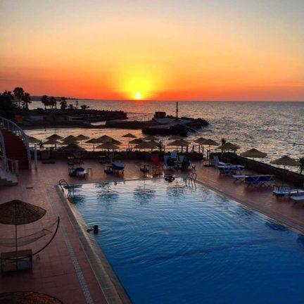 zonsondergang manolya hotel in karavas cyprus