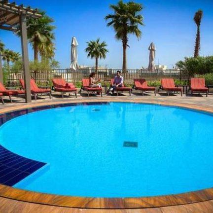 Zwembad van Al Ghuraur Rayhaan by Rotana in Dubai, Verenigde Arabische Emiraten