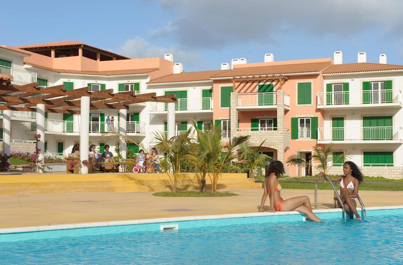 Zwembad en huisjes van Vila Verde Resort in Santa Maria, Sal, Kaapverdië