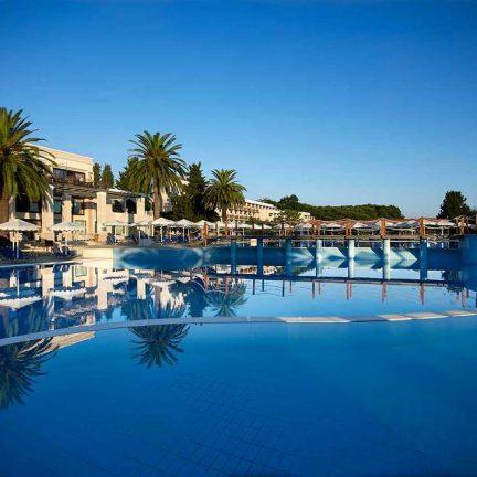 Zwembad van Mitsis Roda Beach Resort & Spa in Acharavi, Corfu