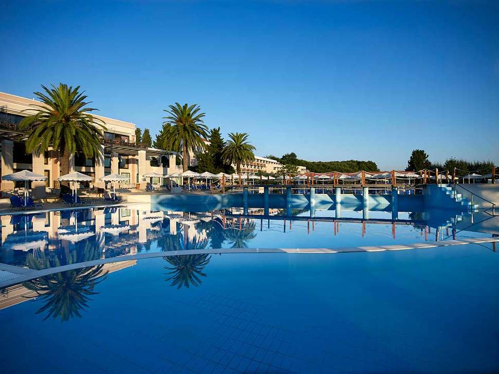 Zwembad van Mitsis Roda Beach Resort & Spa in Acharavi, Corfu