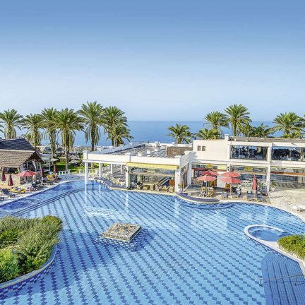 Zwembad van Radisson Blu Beach Resort in Mílatos, Kreta