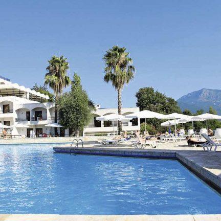 Zwembad met uitzicht van Hotel Magna Graecia in Dassia, Corfu