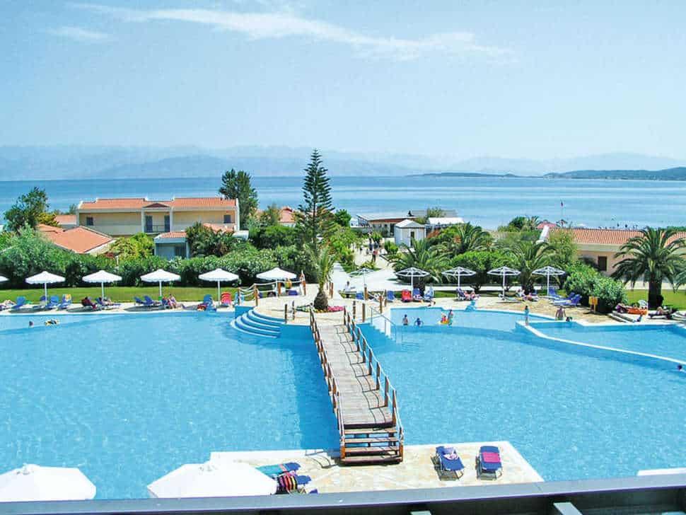Zwembad met uitzicht op zee van Mitsis Roda Beach Resort & Spa in Acharavi, Corfu