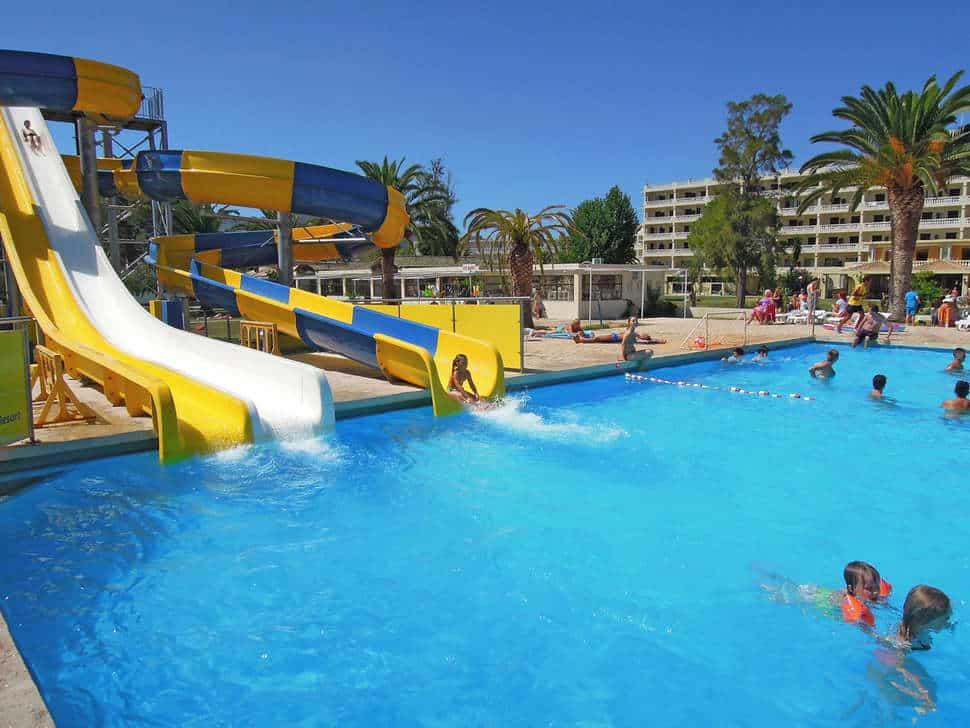 Glijbanen van Messonghi Beach Hotel in Moraitika, Corfu