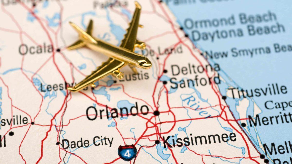 gouden vliegtuigje op een kaart van florida verenigde staten