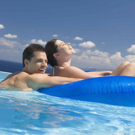 Man en vrouw in zwembad met rubberband