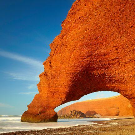 rode rots aan de kust van marokko