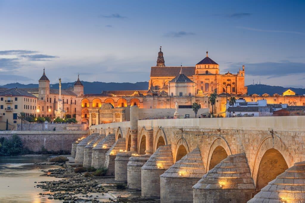 Romeinse brug en kathedraal in Cordoba, Spanje