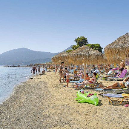 Strand van Messonghi Beach Hotel in Moraitika, Corfu
