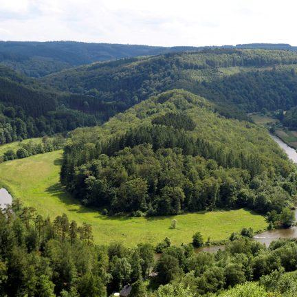 Uitzicht over de Belgische ardennen met een rivier