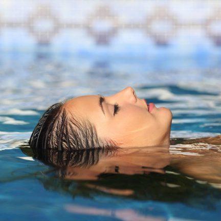 Vrouw liggend in een zwembad