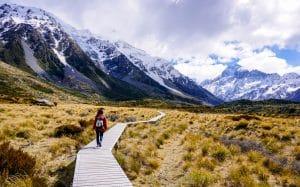 Vrouw loopt door Hooker Valley trail in Nieuw-Zeeland