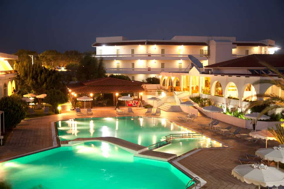Zwembad in de avond van Niriides Hotel in Kolymbia, Rhodos