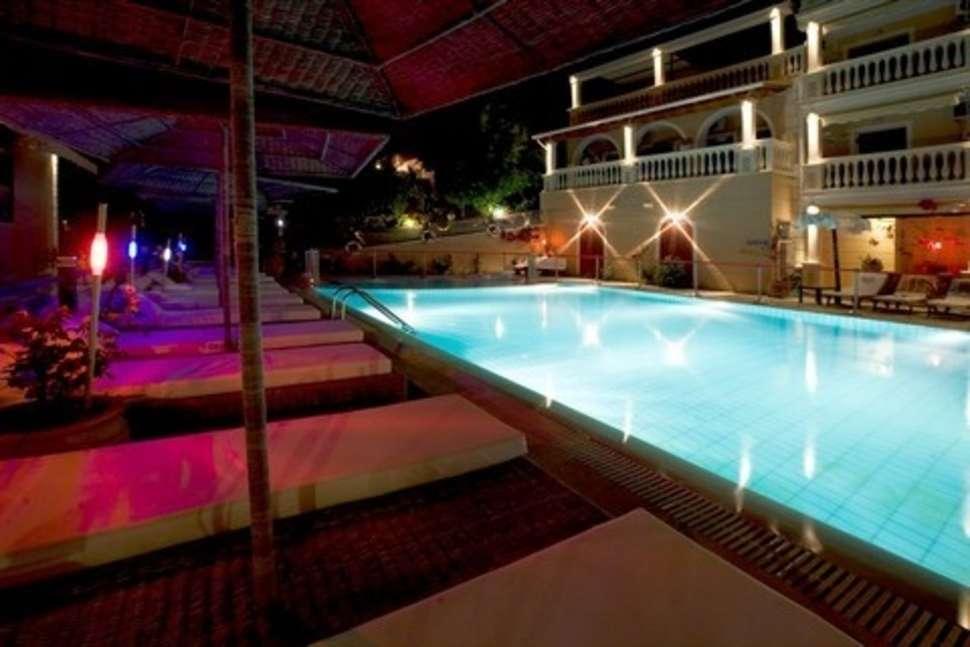 Zwembad in de avond van San Marco Villas in Ipsos, Corfu
