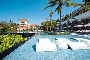 Zwembad met ligbedden van Alila Diwa Goa resort in Betalbatim, India