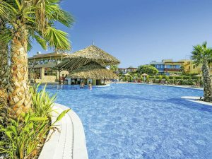 Zwembad van Aphrodite Beach Club resort in Gouves, Kreta