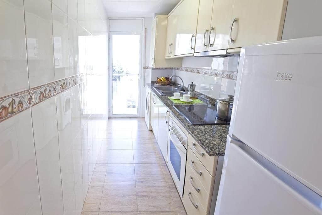 Keuken in een appartement van Villa de Madrid in Blanes, Spanje