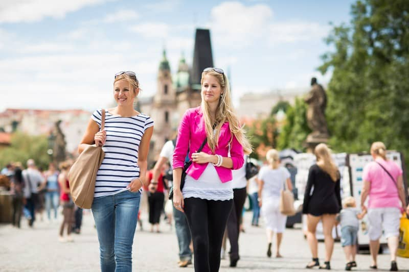 Mensen wandelen door Praag