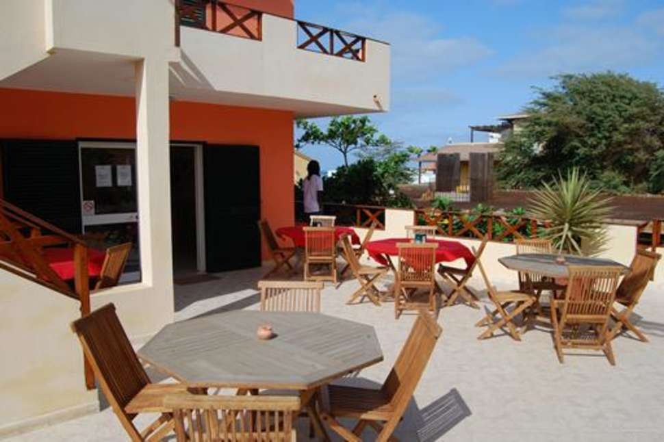 Terras van Hotel Ponta Preta in Santa Maria, Kaapverdië