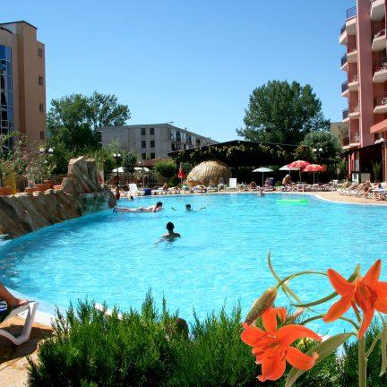 Zwembad en bloemen van hotel Izola Paradise in Sunny Beach, Bulgarije