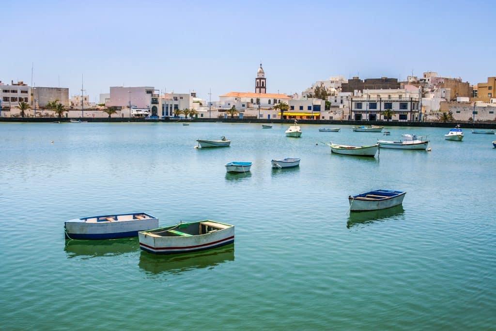 Uitzicht over de haven van Arrecife in Spanje