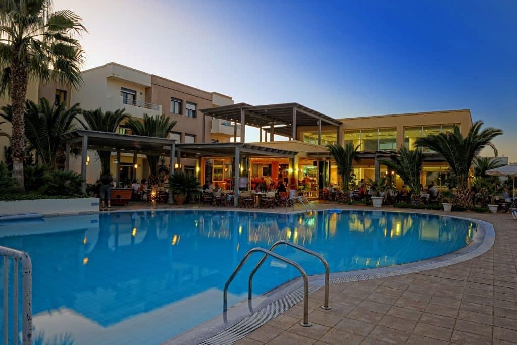 Buiten dineren bij Meropi Aparthotel in Malia, Kreta