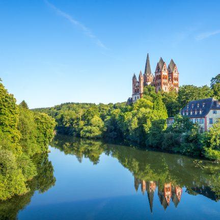 Kerk aan een rivier in Limburg an der Lahn, Duitsland