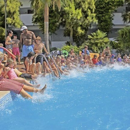 Kinderen spelen in Aparthotel Es Bolera / Ses Cases in Cala d'Or, Mallorca