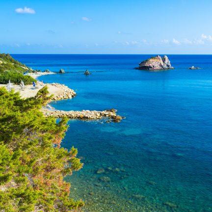 Rotskust en uitzicht op zee op Cyprus
