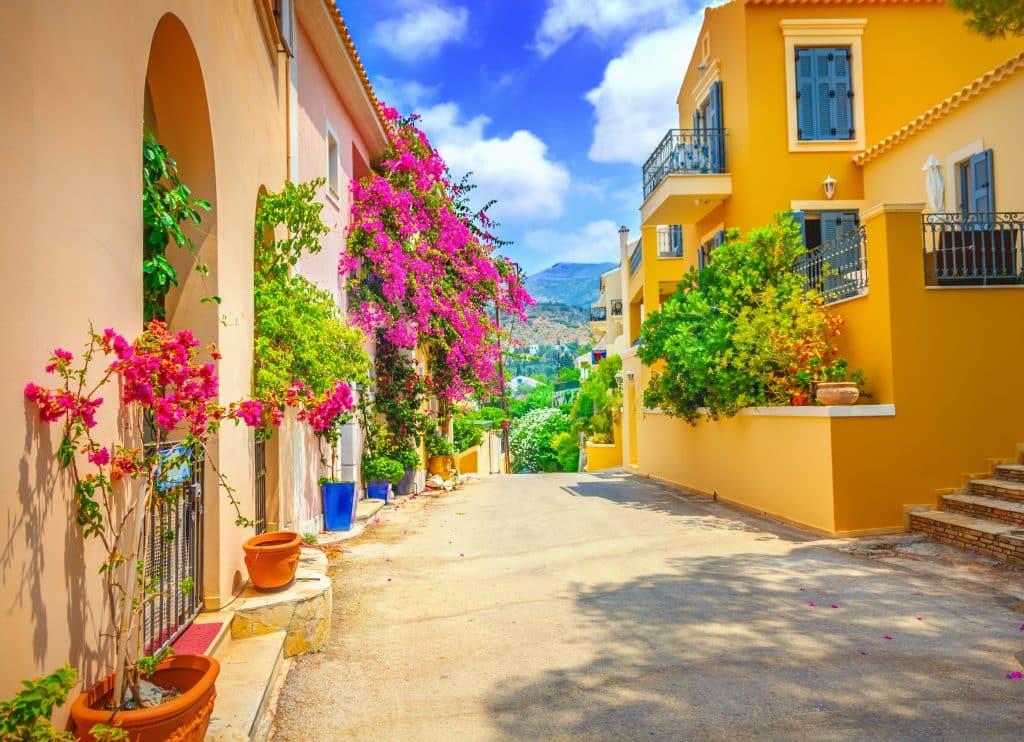 Straat met veel gekleurde bloemen op Kefalonia, Griekenland