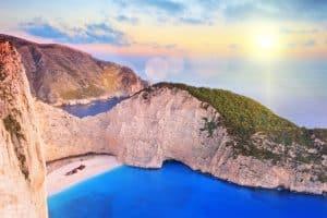 Uitzicht op strand met scheepswrak op Zakynthos, Griekenland