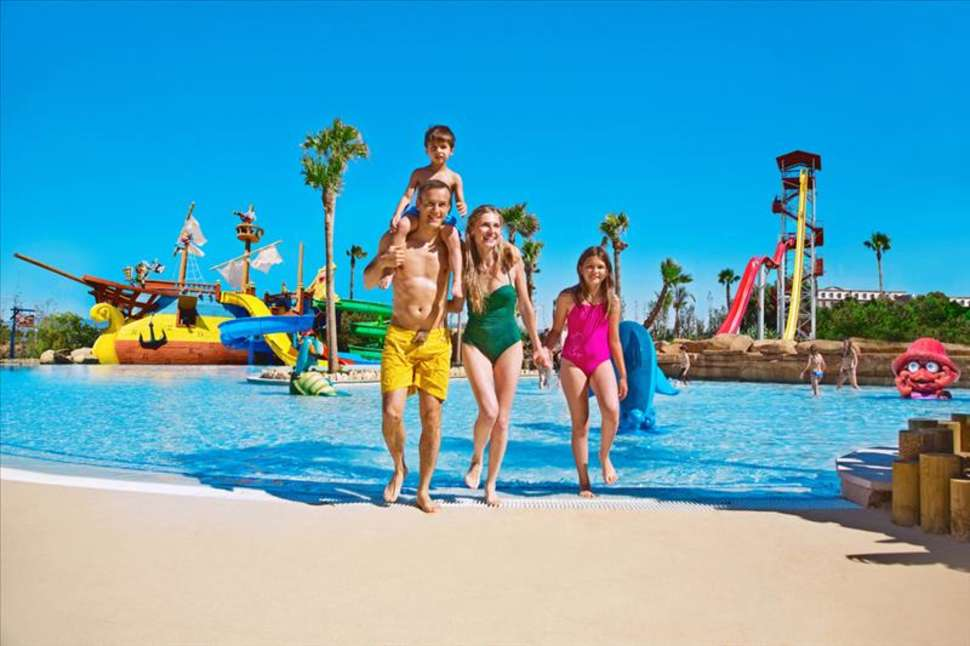 Familie in Caribe Aquatic Park in PortAventura, Salou, Spanje
