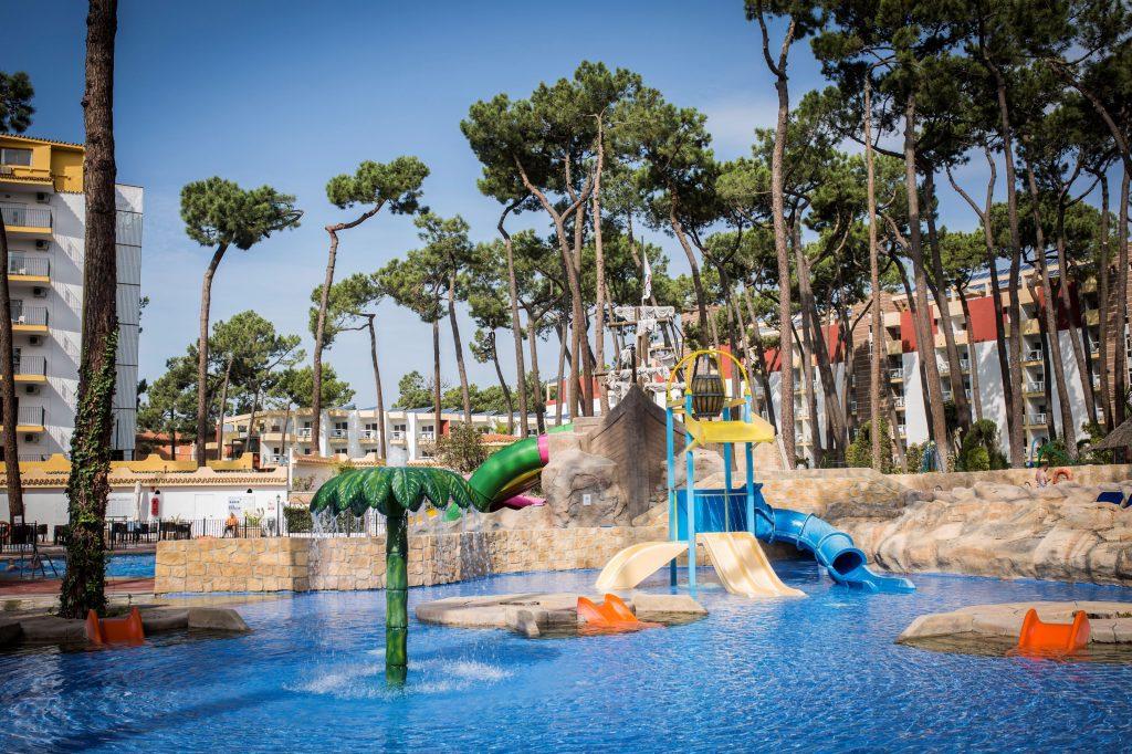 Zwembad van ROC Marbella Park in Marbella, Spanje