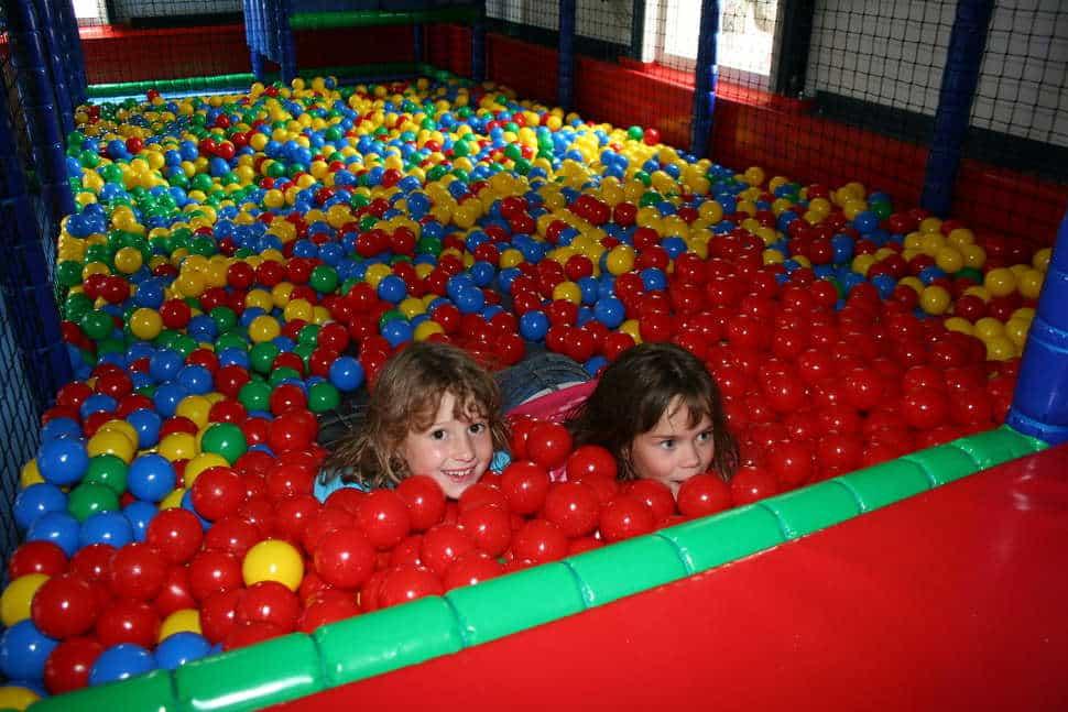 Ballenbak in de indoor speeltuin van vakantiepark Westerbergen in Echten, drenthe