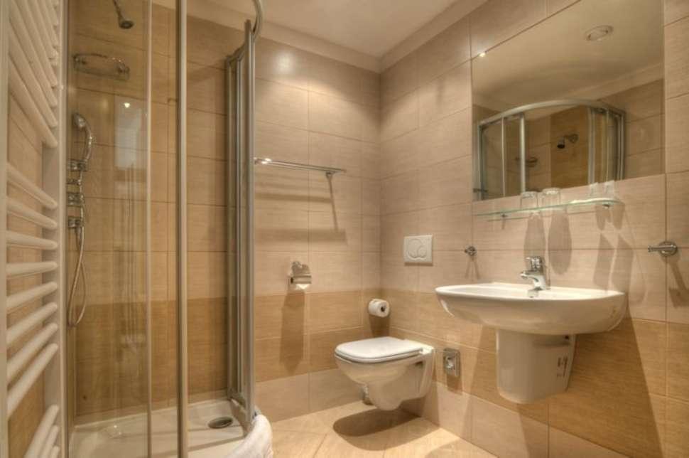 Badkamer in een hotelkamer van City Partner Hotel Gloria in Praag, Tsjechië