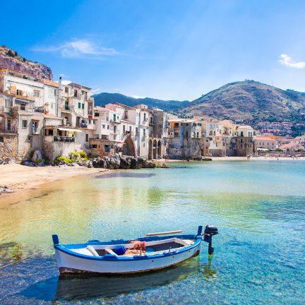 Bootje in een oude haven op Sicilië, Italië