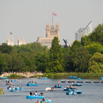 Bootje varen op het meer in Hyde Park, Londen
